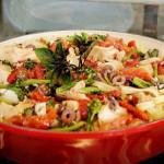 Fettuccine com bacalhau, tomate seco, brócolis e azeitona preta