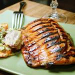Salmão grelhado e legumes gratinados