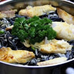 Talharim nero e tilápia ao curry