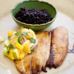 Tilápia com vinagrete de frutas e arroz negro