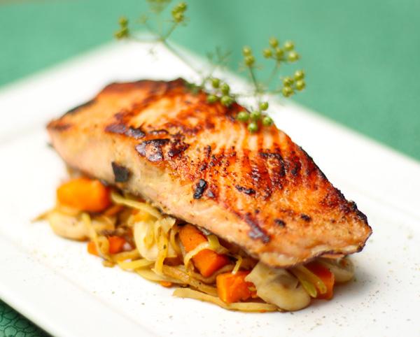salmão grelhado com legumes