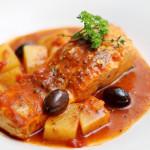 Receita de Salmão ao Molho de tomate, batatas e azeitonas.
