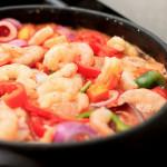 Moqueca, peixada, caldeirada ou simplesmente peixe, camarão e frutos da mar em um panelão.