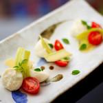 Salada de tomate cereja, mussarela de búfala e abobrinha.