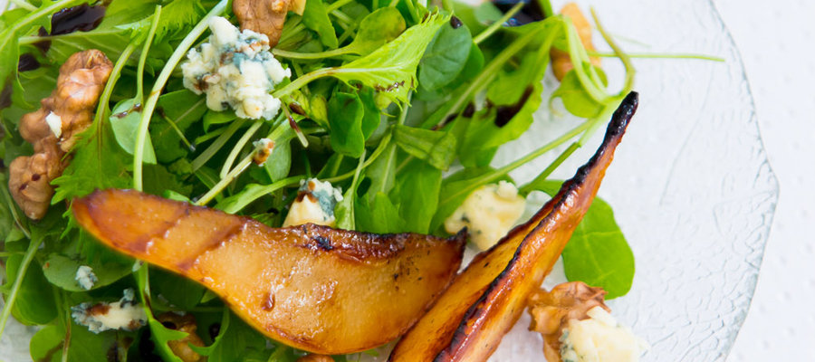Salada de pera, gorgonzola e nozes
