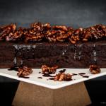 Receita de Bolo de chocolate com cobertura de nozes caramelizadas