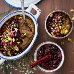 Mousse de chocolate funcional com calda de frutas vermelhas e pistache