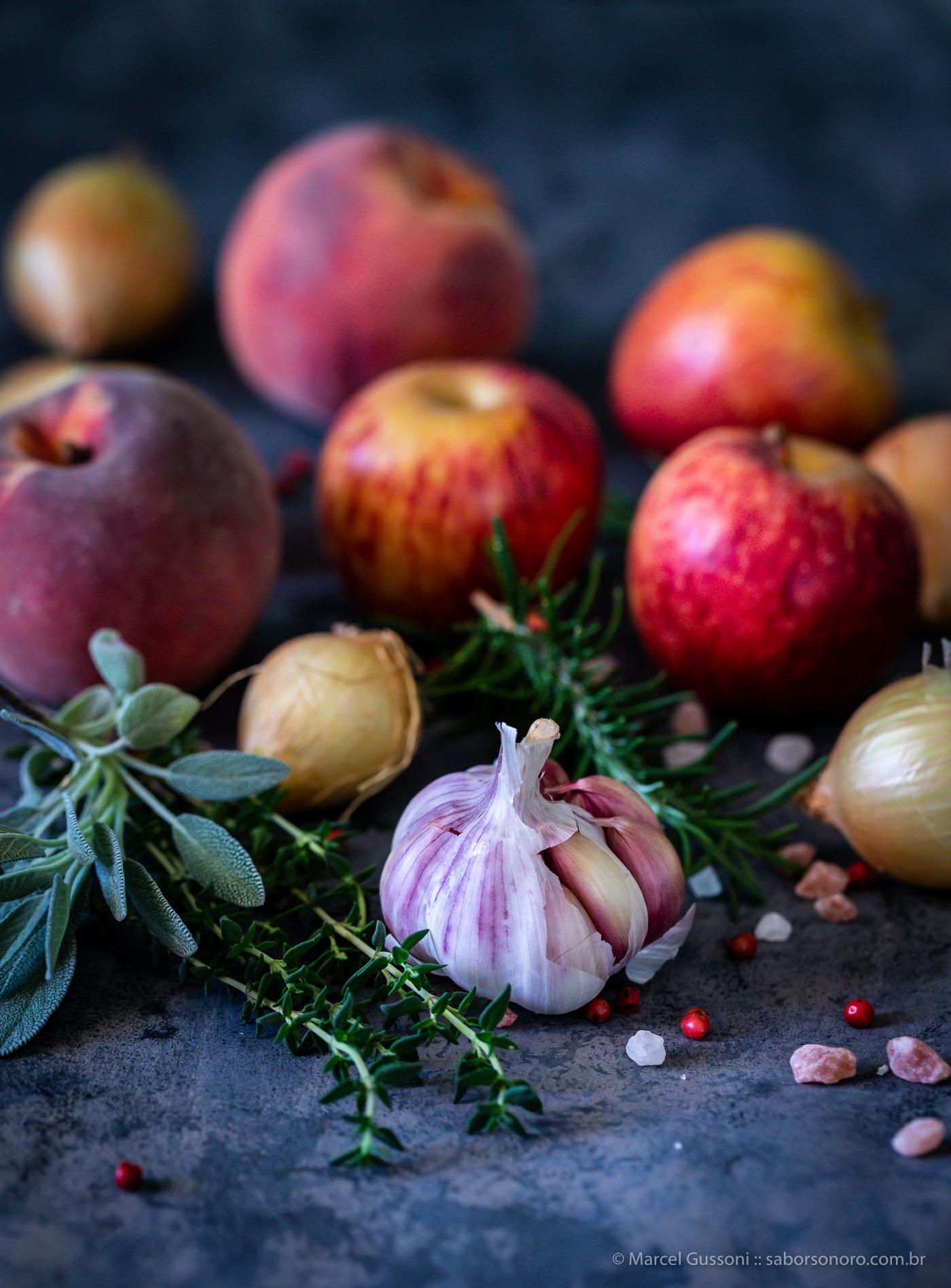 bisteca grelhada com frutas e ervas - receita