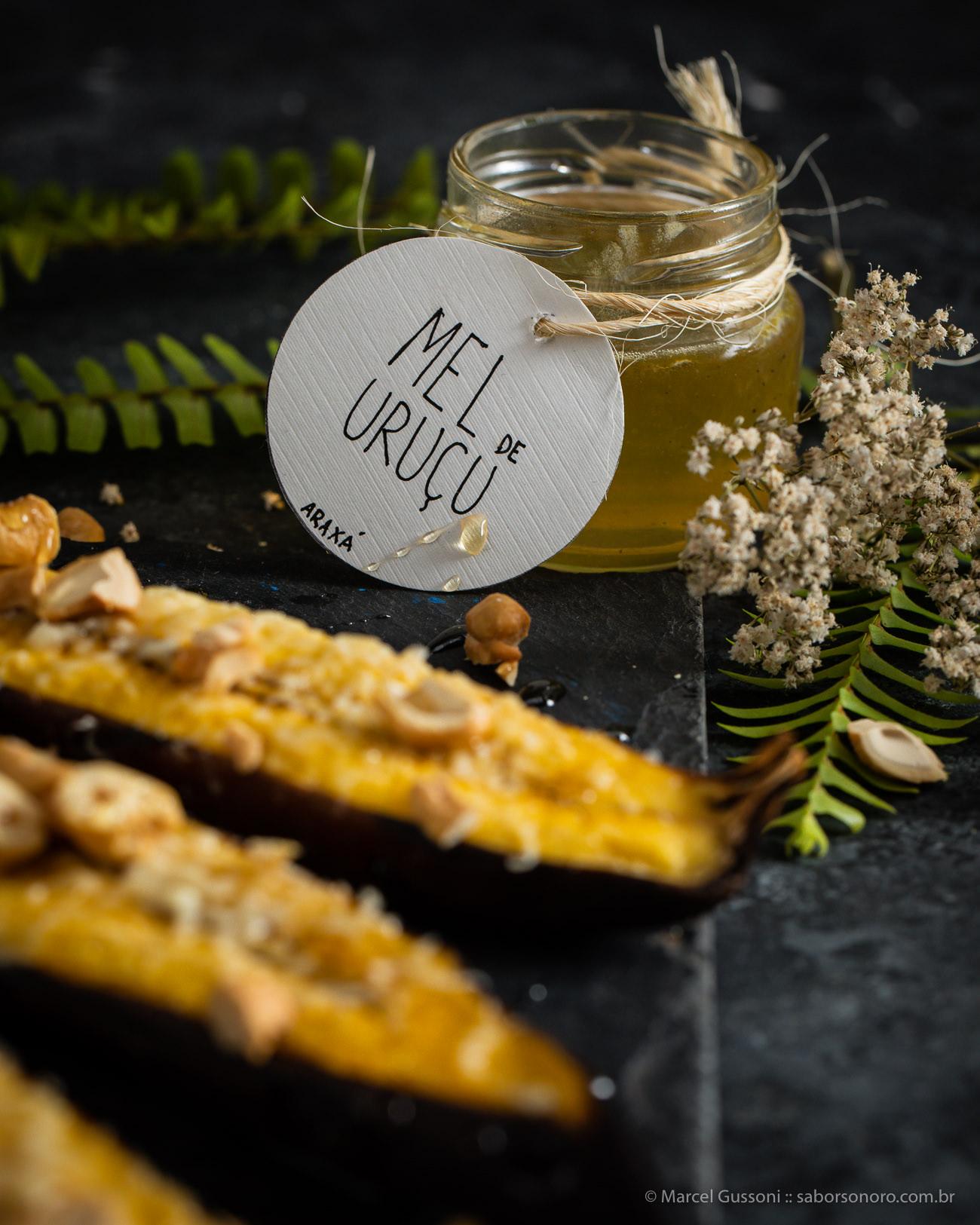 Banana assada com queijo, mel e castanha