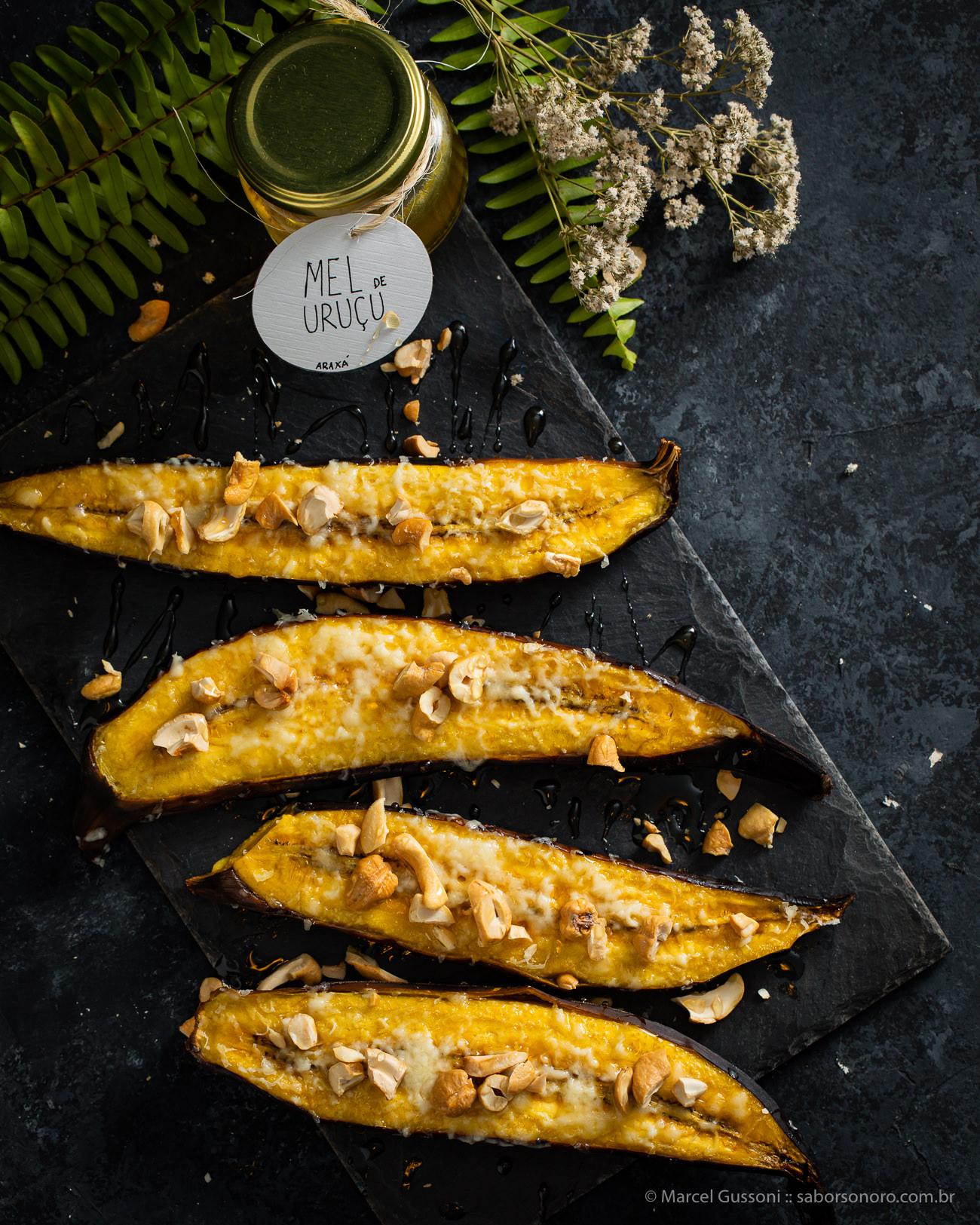 Banana assada com queijo, mel e castanha.