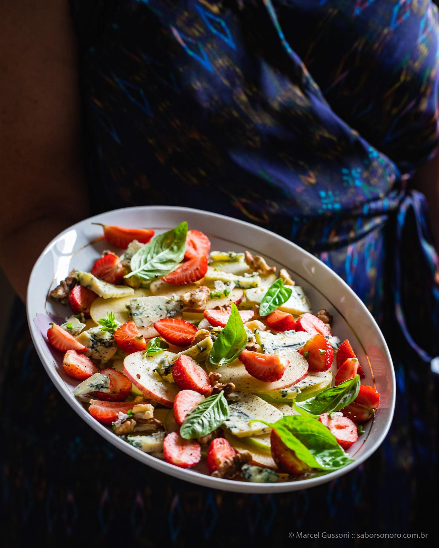 Salada de Morango, Maçã, Gorgonzola e Nozes