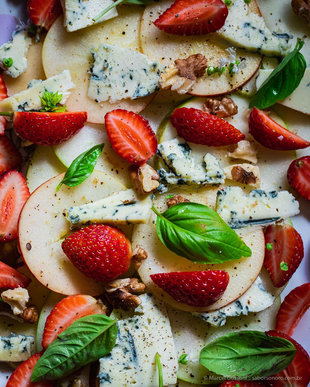 Salada de Morango, Maçã, Gorgonzola e Nozes - receita